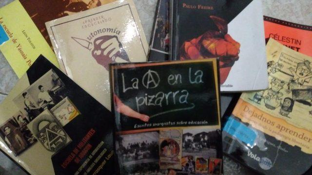 Lote de libros sobre pedagogía libertaria y alternativa