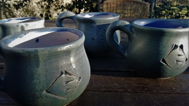El llibre + 2 bols o 2 tasses de ceràmica amb decoració d'escriptura cuneïforme