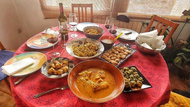 2 llibres + 2 bols o 2 tasses de ceràmica + 2 dinars al meu jardí + 2 visites guiades a la vila medieval de Navata