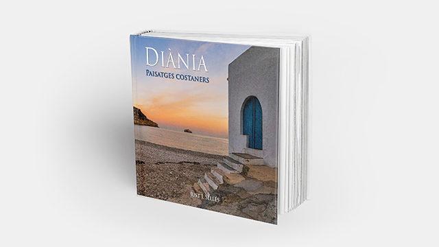 """Llibre """"Diània paisatges costaners"""", en mà"""