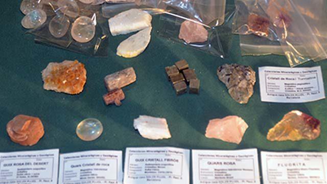 """El llibre, etiquetes originals i un mineral de col·lecció del """"Museo Pedagógico de Ciencias Naturales"""""""