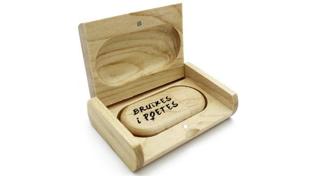 USB con las canciones de 'Bruixes i poetes'