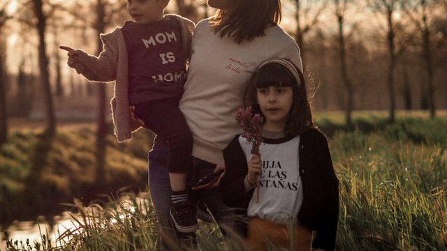 SUDADERA MUJER + 2 CAMISETAS INFANTILES MANGA CORTA