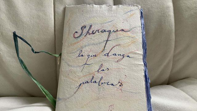 Libro Sheraqua escrito a pluma y encuadernación artesanal. Versión Castellano