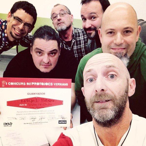 *Selfie del jurado del Concurso de Protojuegos Verkami con el diploma del juego ganador
