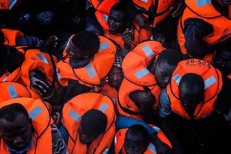 Momentos previos al rescate. No hay espacio a bordo de los botes inflables que cruzan el Mediterráneo. Julio de 2015. Fotografía de Anna Surinyach / 5W.