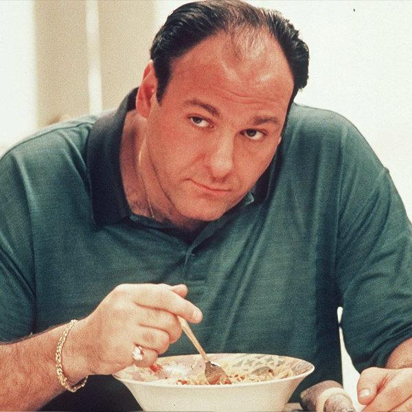 Tony Soprano comiendo espaguetis en una escena de The Soprano. © HBO