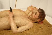 """José Manuel López, """"Tumbados sobre la arena"""". Barro cocido policromado."""