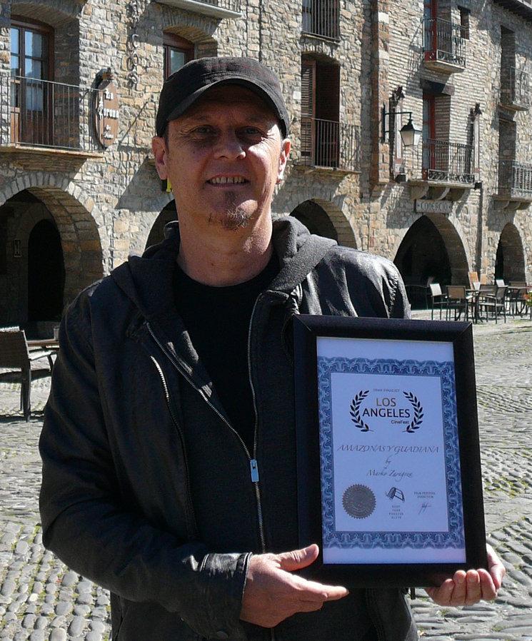 Marko con el diploma de Los Ángeles CineFest