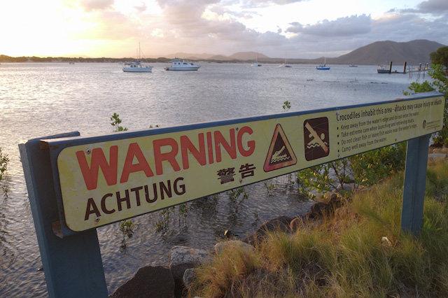 Las señales advierten de la presencia de cocodrilos. Foto: ©Andoni Canela