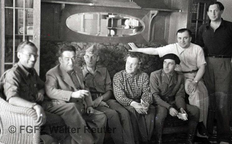 De izquierda a derecha los escritores alemanes Théodor Balk, E. E. Kisch, Ludwig Renn, Erich Weinert, Bodo Uhse, Willy Bredel y el noruego Nordahl Grieg, de pie. Julio de 1937. Fondo Guillermo Fernández Zúñiga.Autor:  Walter Reuter.