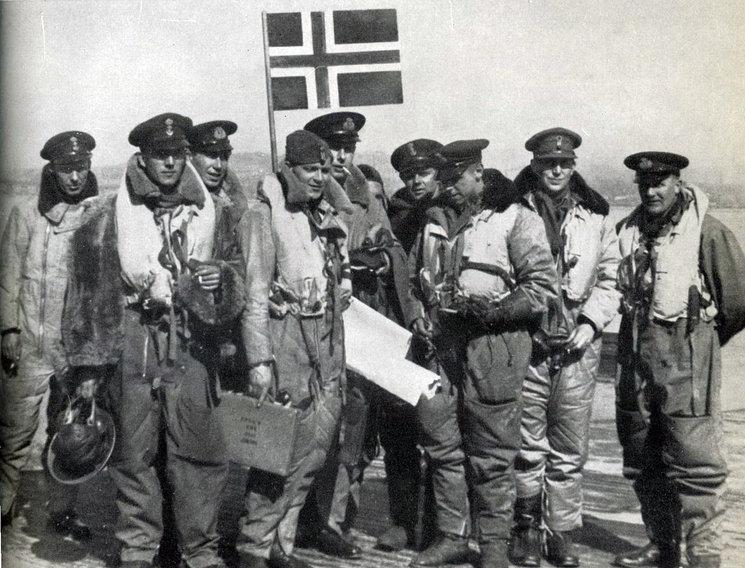 Nordahl Grieg con la tripulación del bombardero Lancaster, 1943
