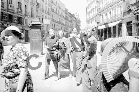 Sigvard Lund, Gerda Grepp y Nordahl Grieg en la Puerta del Sol. Madrid, julio 1937. CDMH. Foto Walter Reuter.