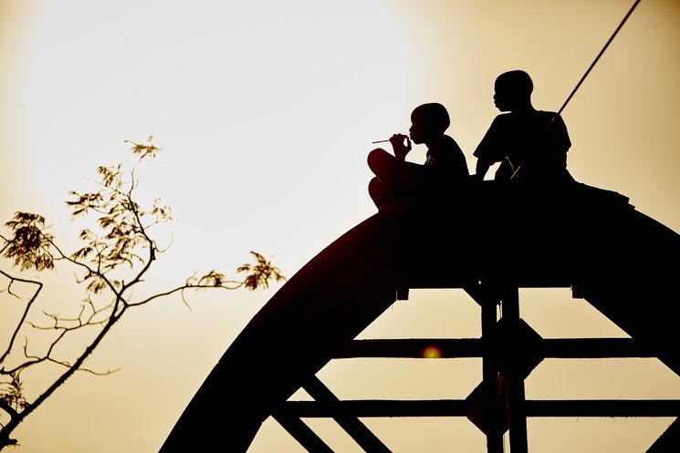 Dos chicos sobre una de las aulas en construcción. Foto de Noemí de la Peña.