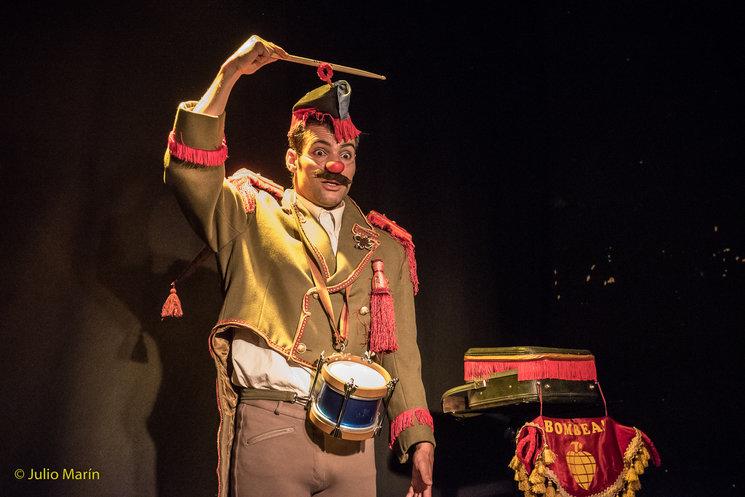 El personaje.<br/> Vistaro presidente de la Vistarosía preparándose para el himno de su país.