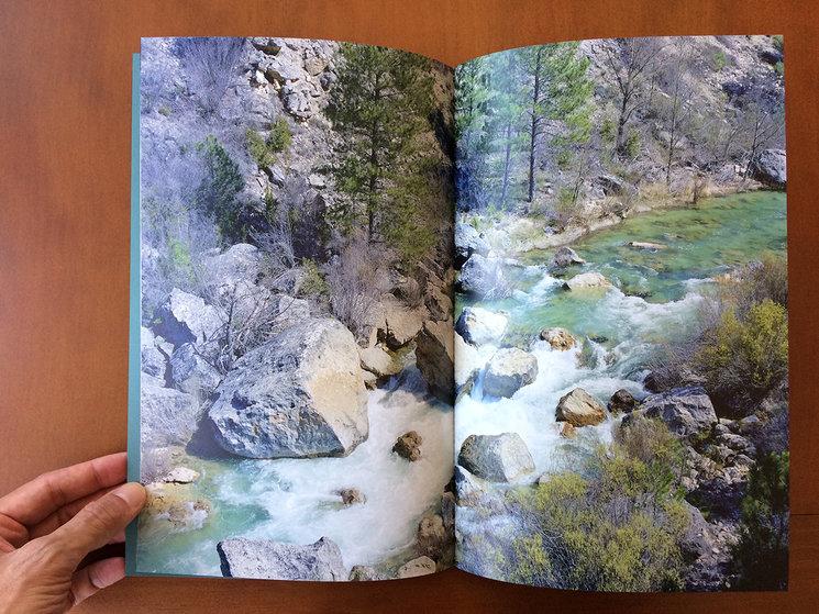 Una doble página del interior del libro.