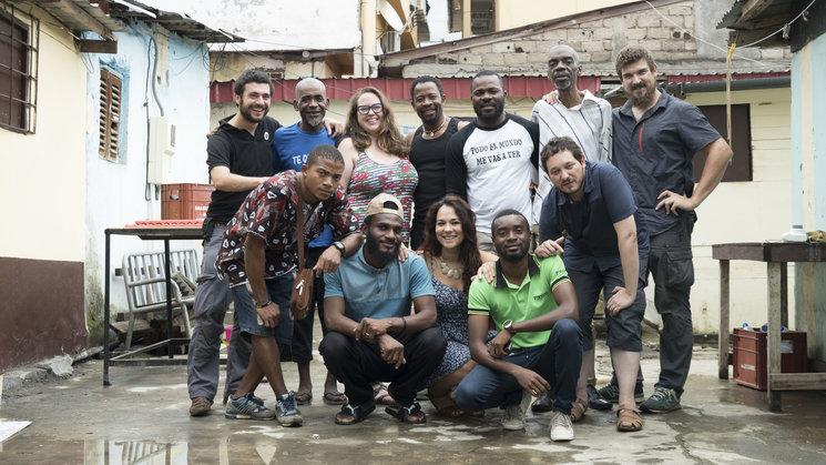 Foto de equipo al final del rodaje de Manoliño Nguema en Malabo