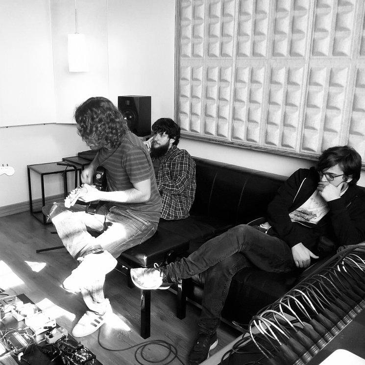 Lucas grabando guitarras
