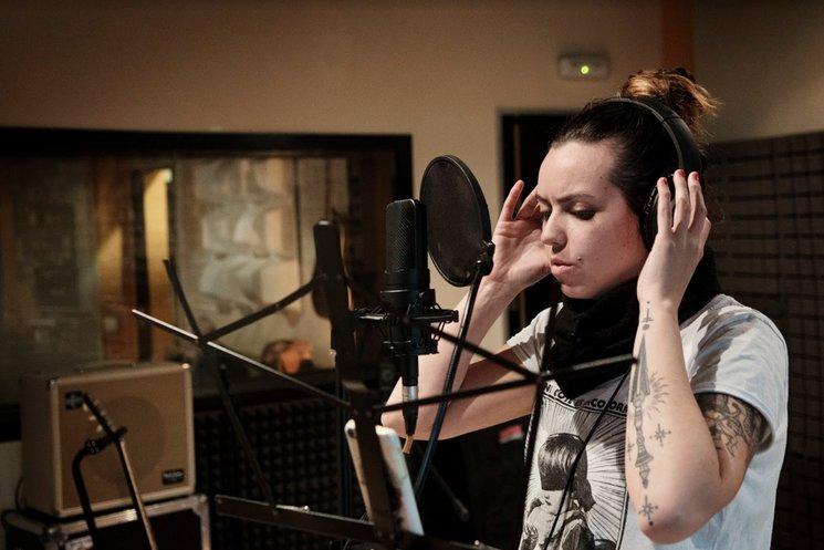 Martha grabando las voces principales. Foto de Ivor Lugo