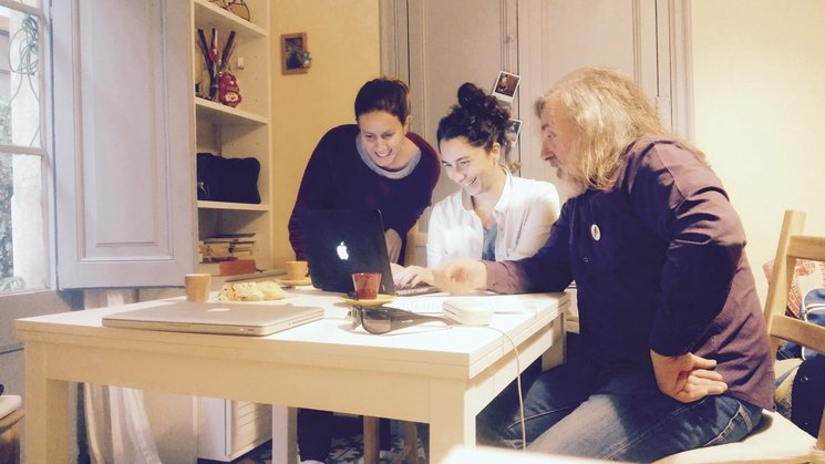 Maria Roig, Tzeitel Puig i Joan Reig planificant la campanya.