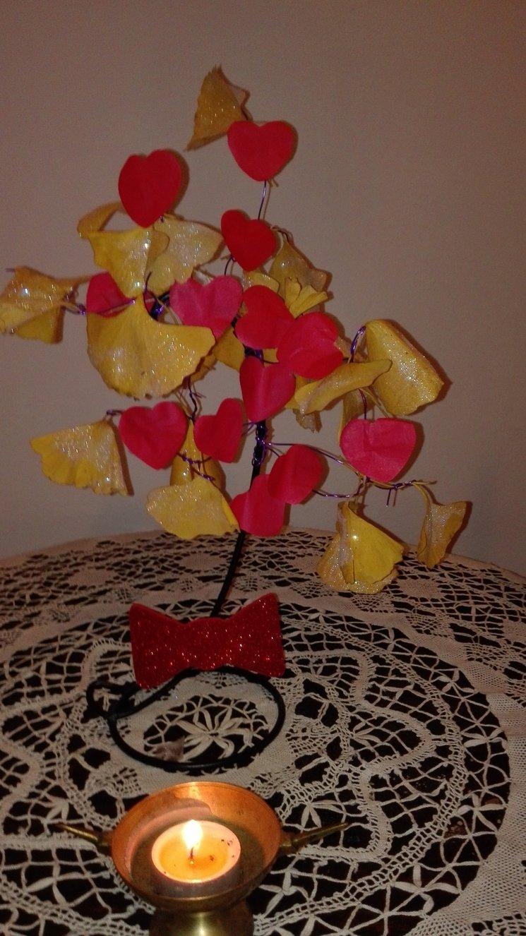 Arbol de navidad celuno hecho con amor y hojas de ginkgo biloba el árbol que resistió a la bomba atómica. Amor + resistencia a las adversidades .