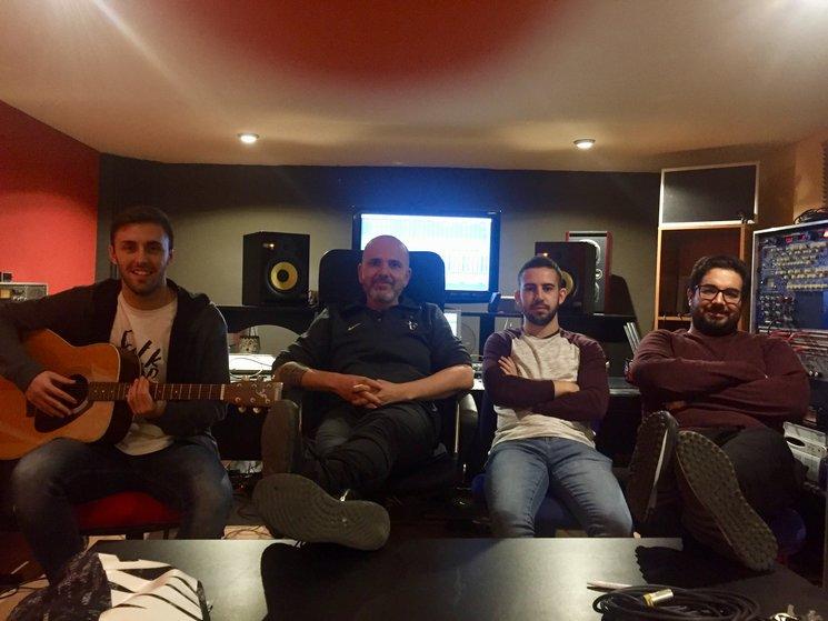 De izquierda a derecha: Marcos San José, Ramón Berlanga, Daniel Martínez (Batería del disco) y Cristian Jiménez (tCHEY).