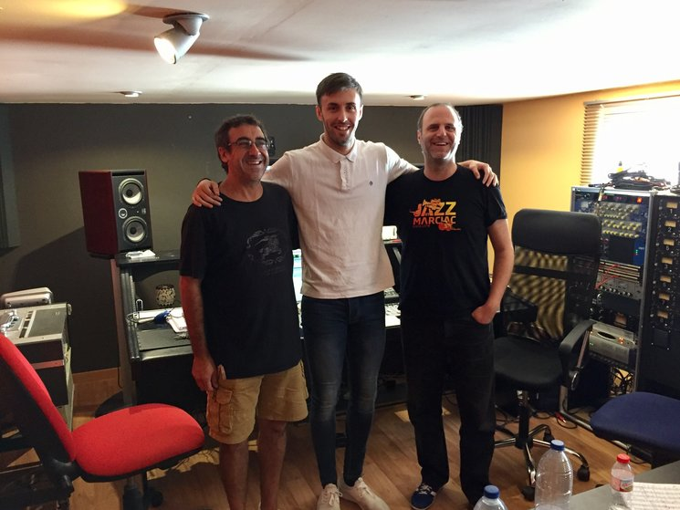 De izquierda a derecha: Camilo Rey (Saxofonista del disco), Marcos San José y Xavier De La Salut (Trompetista del disco).