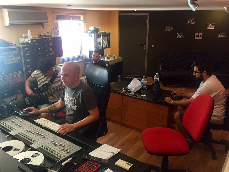 Uno de los largos días de trabajo en Oxigen junto a: Jesús Pacheco (Bajista del disco), Ramón Berlanga, Daniel Martínez y Cristian tCHEY.
