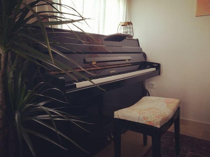 Entre las teclas de este Baldwin upright piano he grabado mis introspecciones.