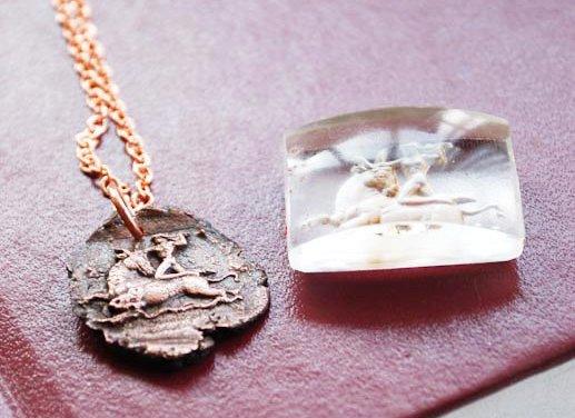 Uno de los medallones junto al sello original