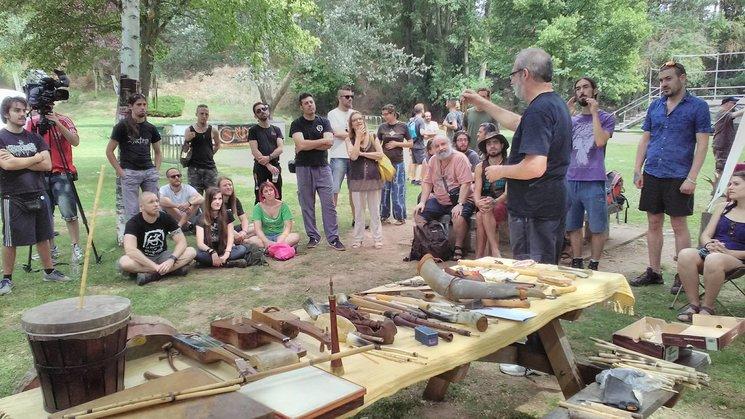 Luis A. Payno impartiendo un taller de instrumentos tradicionales ibéricos a orillas del río Duero, en el III Encuentro Anual desarrollado en la ciudad de Soria.