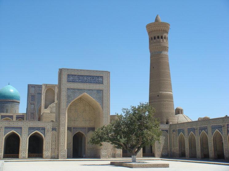 Bujará. Mezquita con el minarete Kalian