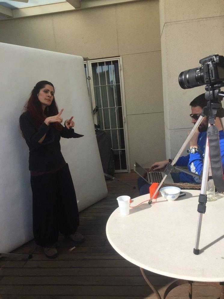¿qué está haciendo la actriz con sus manos?