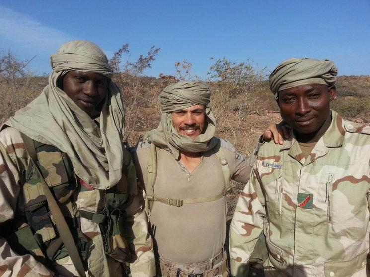 El Sargento 1º Juárez Miranda con dos compañeros malienses