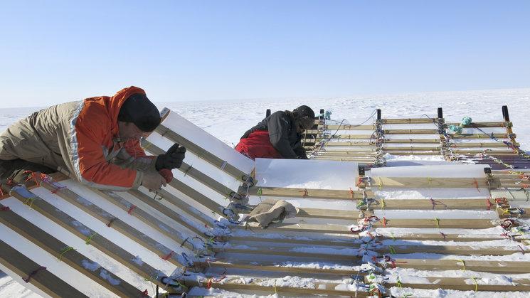 Montaje de los travesaños durante la Circunnavegación Groenlandia 2014