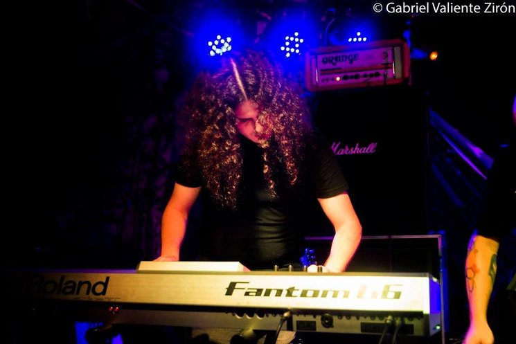 Pedro Sánchez (teclados y gestión de la producción del álbum)