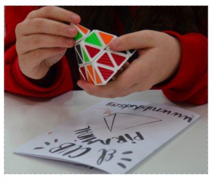 Manual per resoldre el cub piramidal realitzat amb lettering
