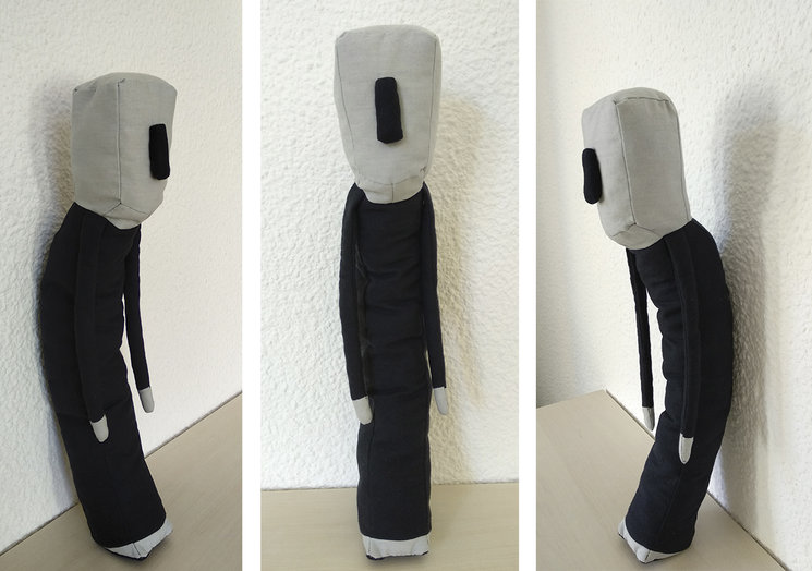 """Prototipo del personaje principal de """"El hombre sin lágrimas""""; Materiales: tela de algodón y relleno de lana; 50 x 8 x 8 cm aprox."""