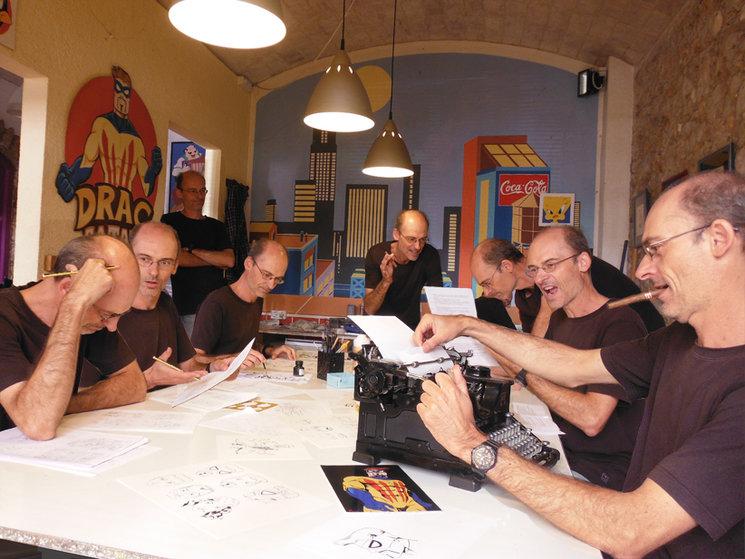 El meu equip de clons i jo treballant apassionadament en el projecte Drac Català!