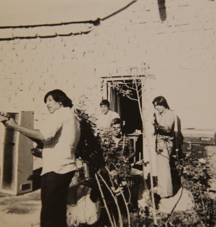 En el patio de su casa, ensayando con su grupo Sonido Libre