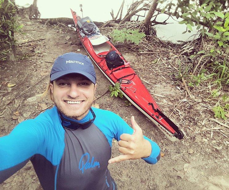 Rai con su  bicicleta del mar, el kayak