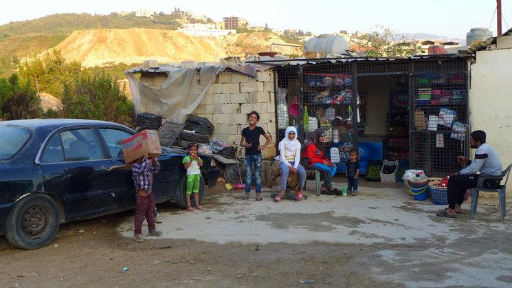 Niños refugiados jugando en el exterior del campo