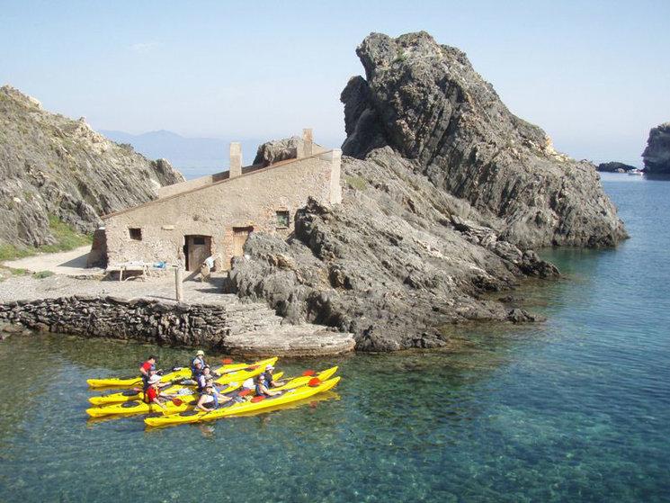 Podrás hacer kayak de mar por este entorno