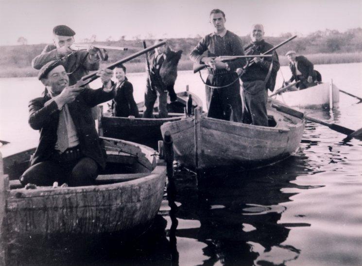 Caçadors amb barques a l
