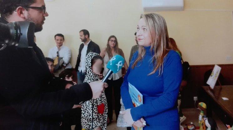 Rosi González con su libro, durante una entrevista en uno de sus actos de presentación y cuentacuentos