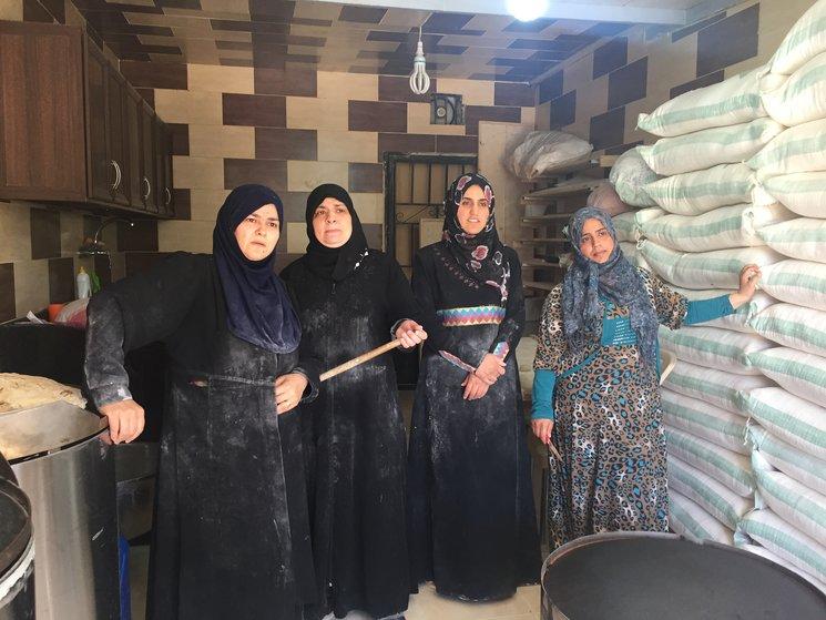 Las Mujeres de Aaramoun trabajando en la Panadería Solidaria del asentamiento