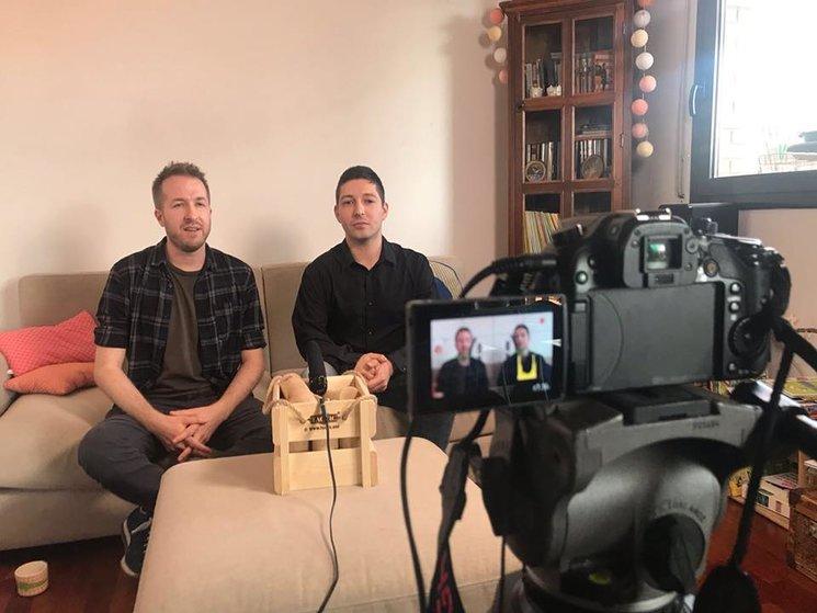 Emiliano i Dustin preparant el vídeo promocional.