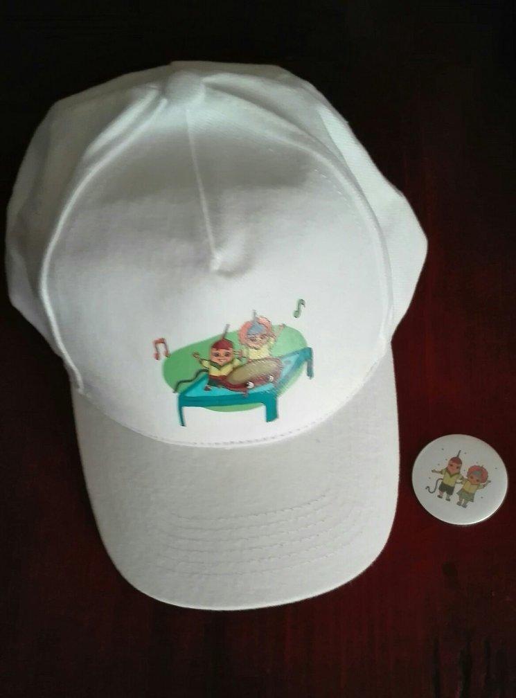 Gorra y chapas