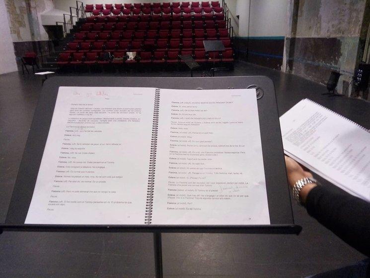 Leyendo la obra con los actores.