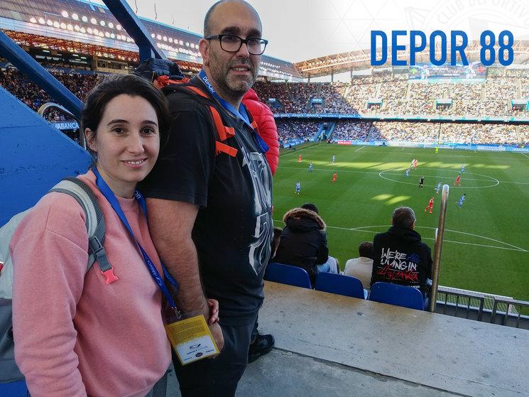 Eva Alonso (productora) y César Seijas (director) rodando en la grada de Maratón de Riazor.